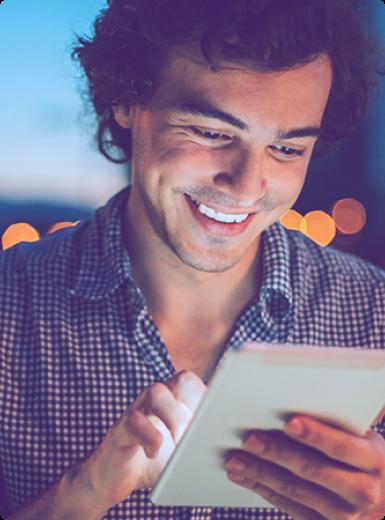 Empresa de empréstimos e investimentos alternativos - Homem com tablet na mão sorrindo